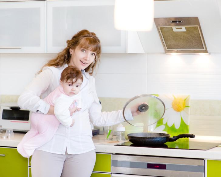 Кормящая мама готовит еду