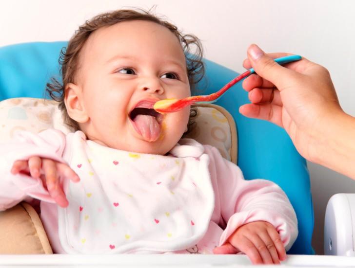 Меню ребенка 5-ти месяцев на искусственном и грудном вскармливании: рацион питания в таблицах