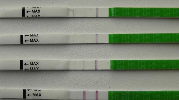 Тест на беременность показывает бледную вторую полоску, которая еле видна: что это значит?