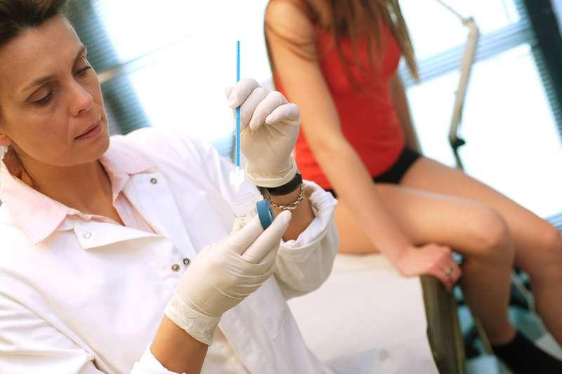 Причины густых месячных темно-коричневого или черного цвета со сгустками крови, диагностика и лечение