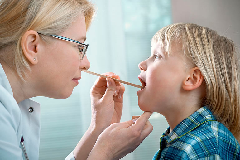 Почему у ребенка плохо пахнет изо рта: причины, лечение и профилактика неприятного запаха