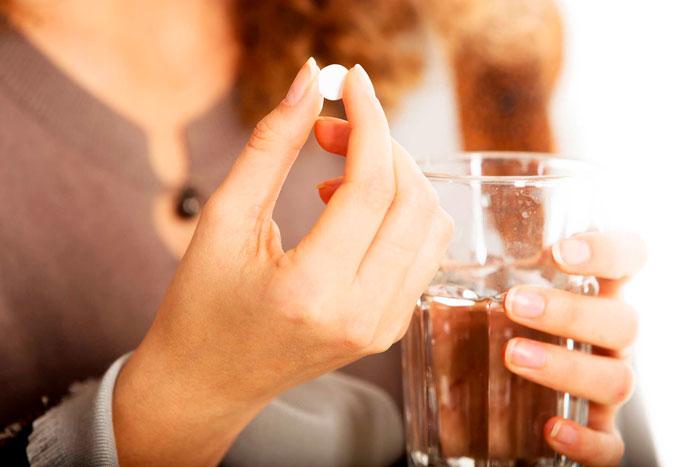 пьет таблетку