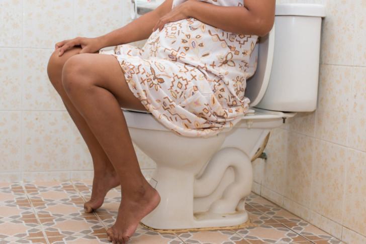 За сколько дней перед родами может начаться понос у повторнородящих и беременных впервые?
