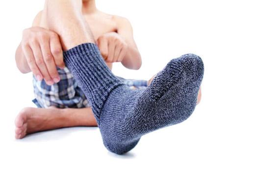 надевать носки
