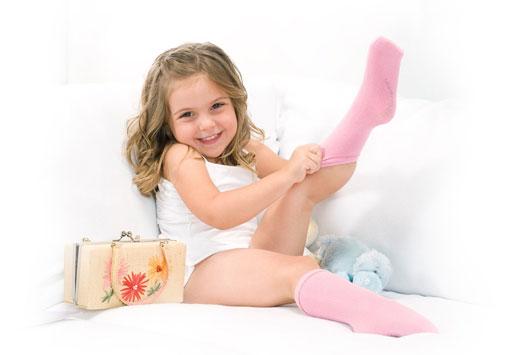 Девочка надевает носочки