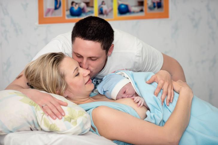 Как перерезать самому пуповину ребенку в домашних условиях, почему нельзя этого делать сразу после рождения?