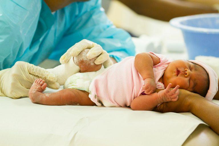 Признаки косолапости у детей с фото, методы лечения с помощью упражнений, массажа и обуви