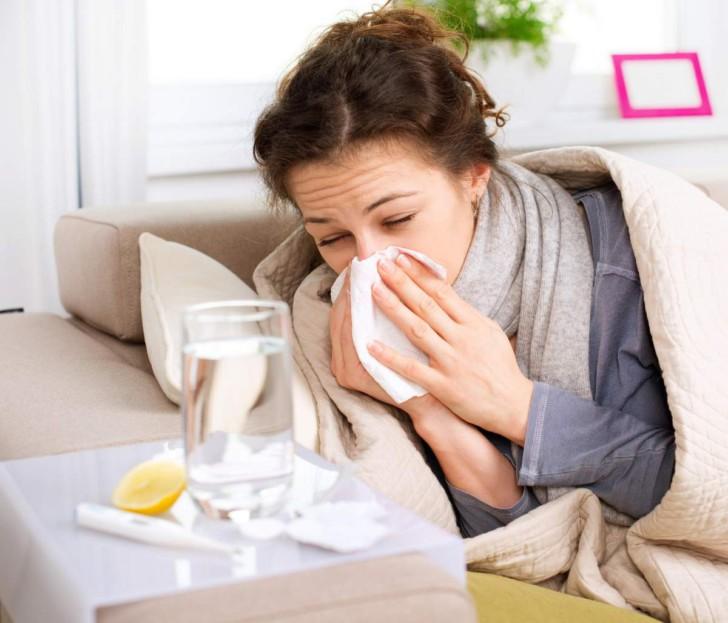 Чихание и насморк при беременности: почему больно чихать и как можно лечиться на ранних сроках?