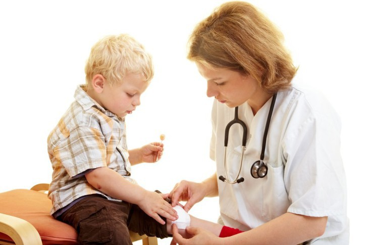 Первая помощь при открытых ранах и лечение гнойных нарывов у детей разного возраста