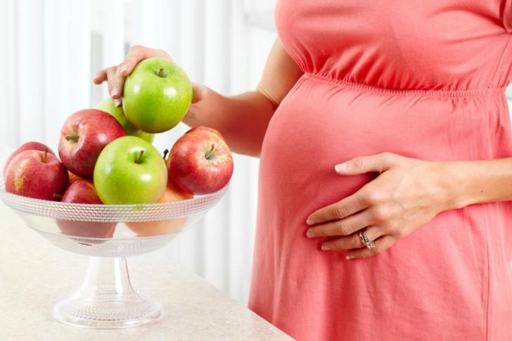 Польза и вред яблок во время беременности, в каком виде лучше есть на ранних и поздних сроках