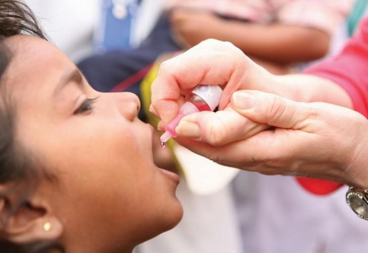 Может ли непривитый ребенок заразиться при контакте от того, кто получил живую вакцину от полиомиелита?
