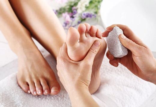 обработка пемзой пальцев ног