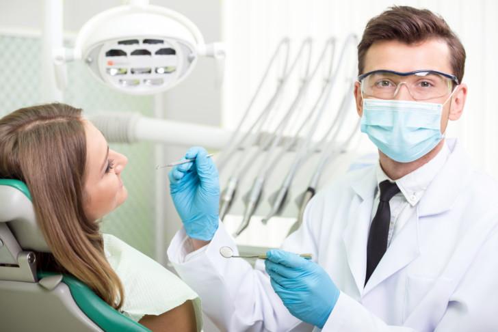 Можно ли лечить и удалять зубы на ранних и поздних сроках беременности, влияют ли стоматологические процедуры на плод?