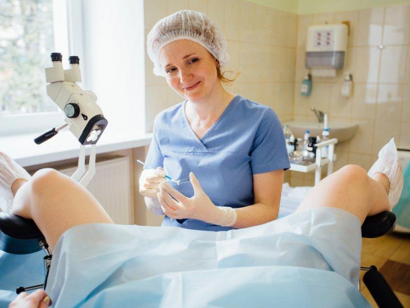 Боли внизу живота у женщины на ранних сроках беременности: почему возникают и что делать?