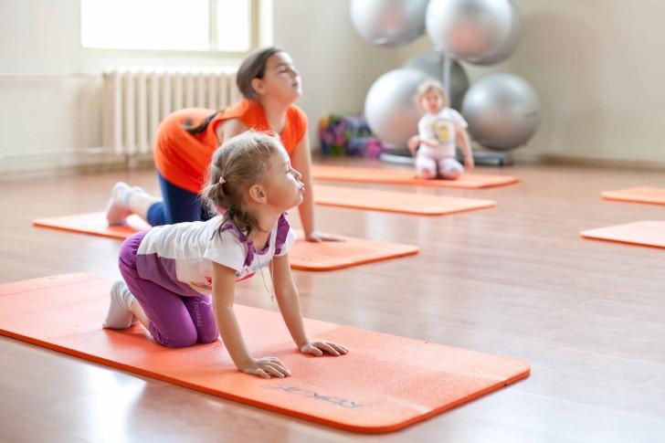 Упражнения ЛФК для исправления осанки у детей и подростков: выполнение комплекса гимнастики в домашних условиях