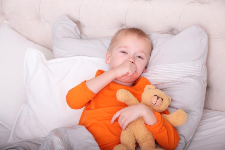 Что делать, если ребенок часто кхыкает горлом: причины постоянного кашля без признаков простуды