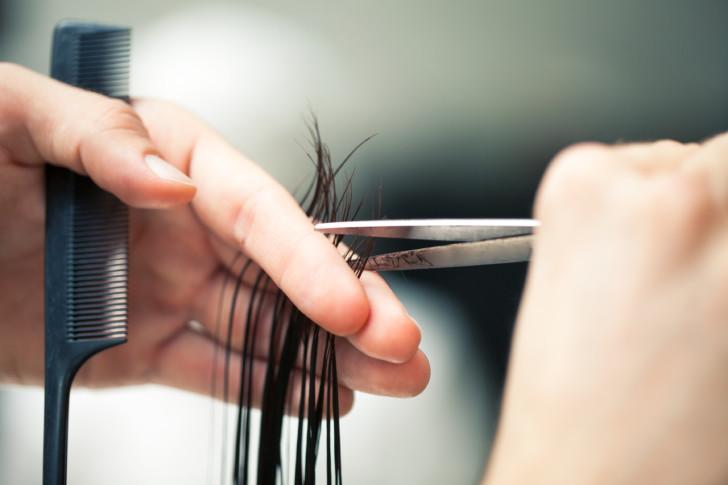 Можно ли во время беременности стричь волосы на ранних и поздних сроках, что говорят врачи?