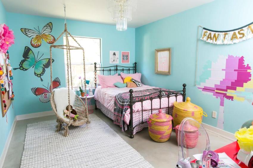 Детская комната в розовом и мятно-зеленом цвете с оборудованной подвесной качелей