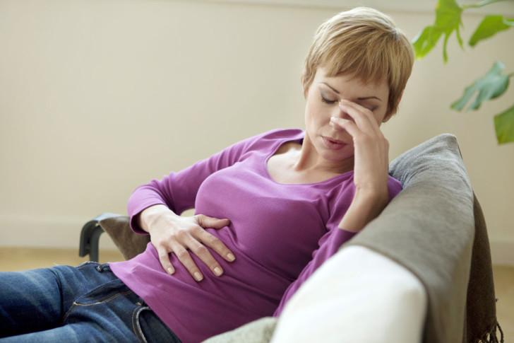 Бросает в жар на ранних и поздних сроках при беременности: почему становится жарко, а температуры нет?