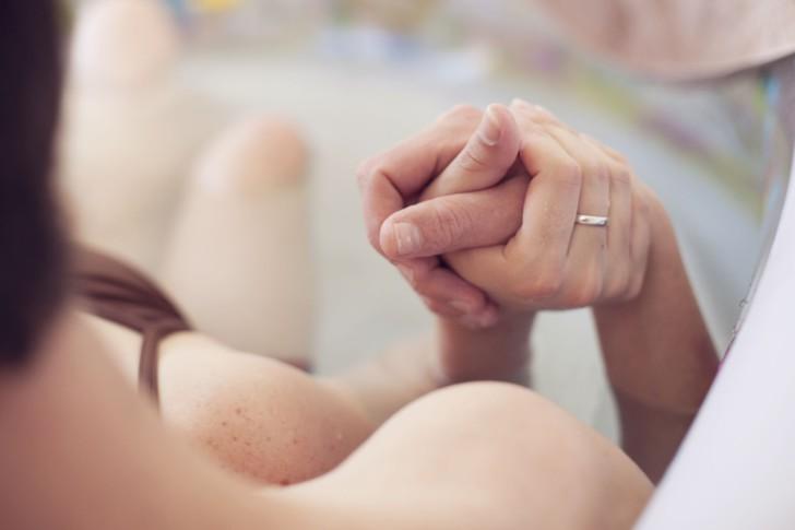 Лучшие позы для снятия боли и облегчения схваток во время родов: на четвереньках, на фитболе и другие