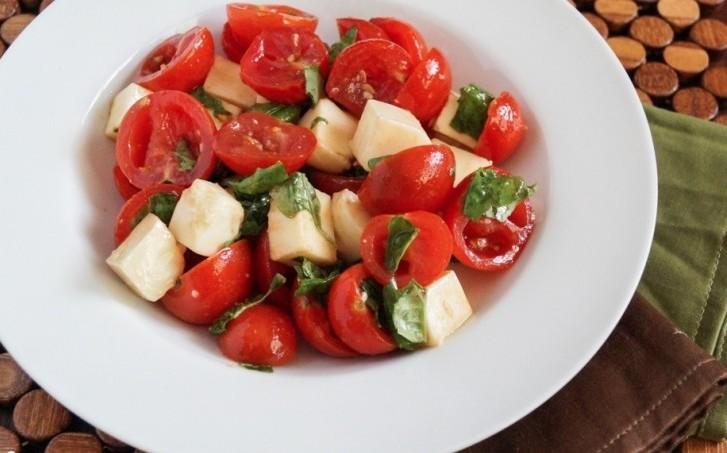 Салат с помидорами черри, сладким перцем и грушами