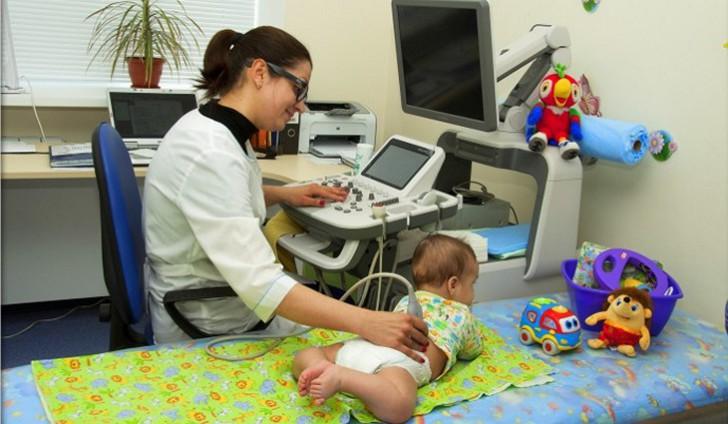Для тщательного обследования тазобедренный суставов малыша необходимо поочередно перекладывать его то на правый, то на левый бок