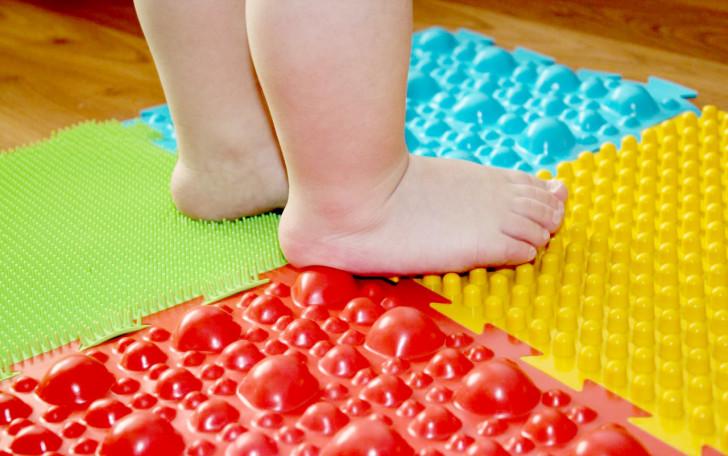 Массажный ортопедический коврик для детей: фото-обзор и изготовление своими руками