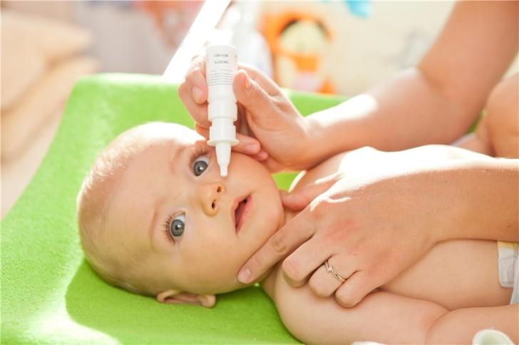 Как правильно закапать капли в глаза, нос или уши ребенку: алгоритм действий