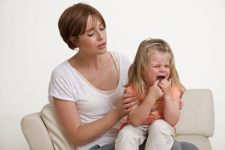 Что делать, если у ребенка болит зуб какими лекарствами и средствами можно обезболить в домашних условиях?