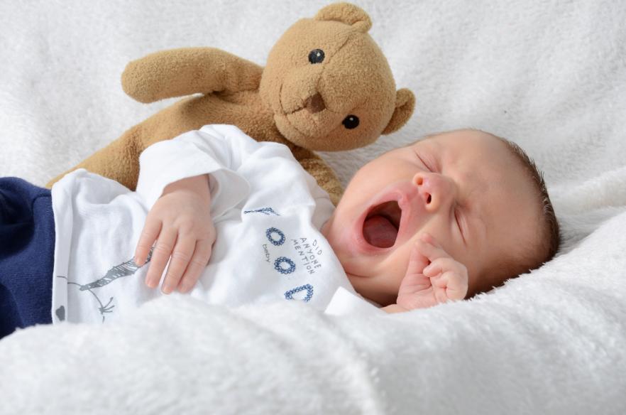 Почему ребенок грудного возраста спит только 30-40 минут, что делать, каково мнение Комаровского о сне младенцев?