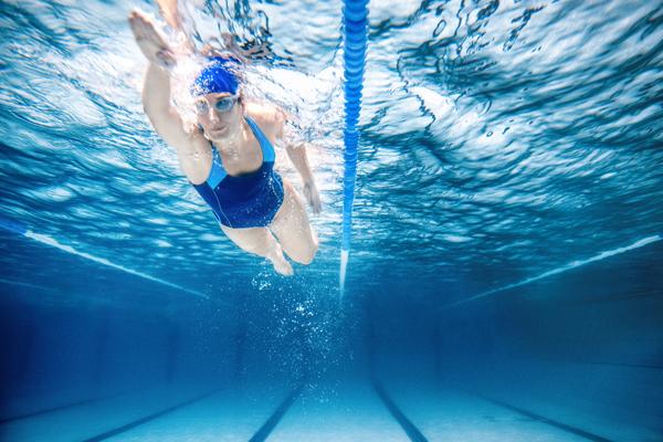 Плавание хорошо помогает при реабилитации перелома