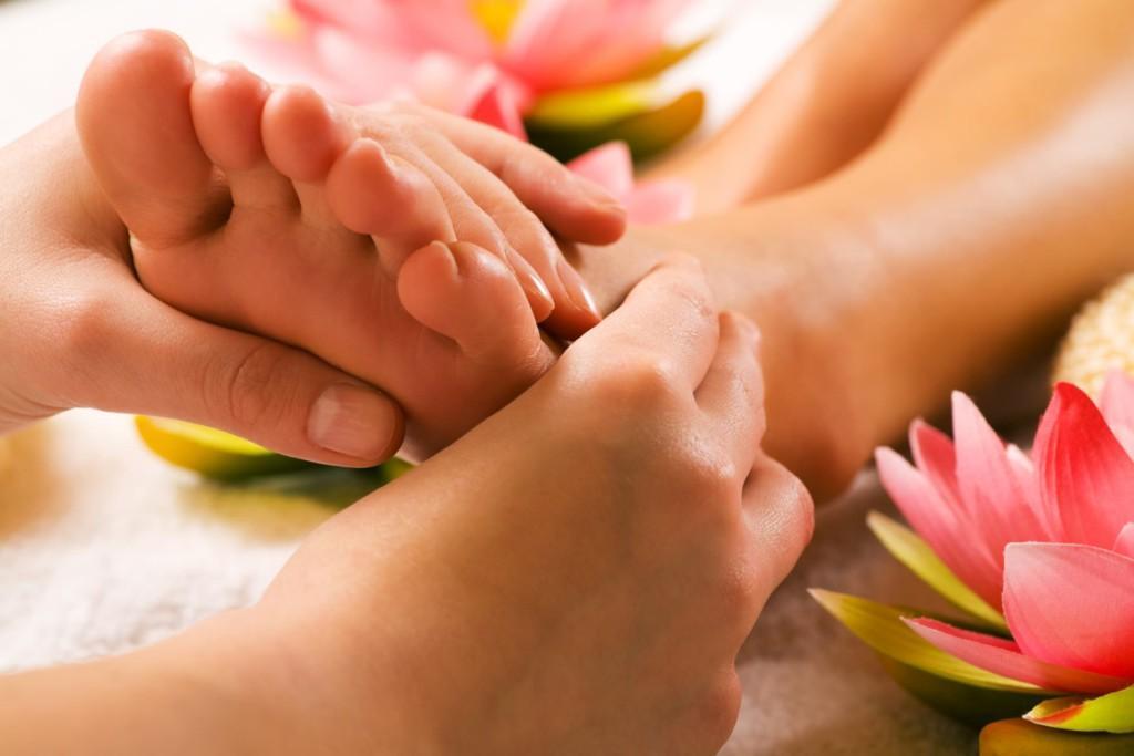 Почему болят ноги во время месячных: опасно ли это и как можно унять боль?