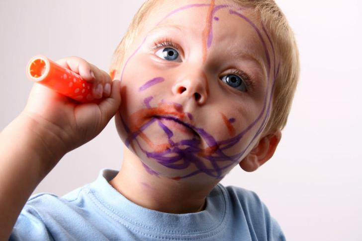 Что делать, если ребенок разрисовал себя фломастером чем оттереть следы с кожи лица и тела?