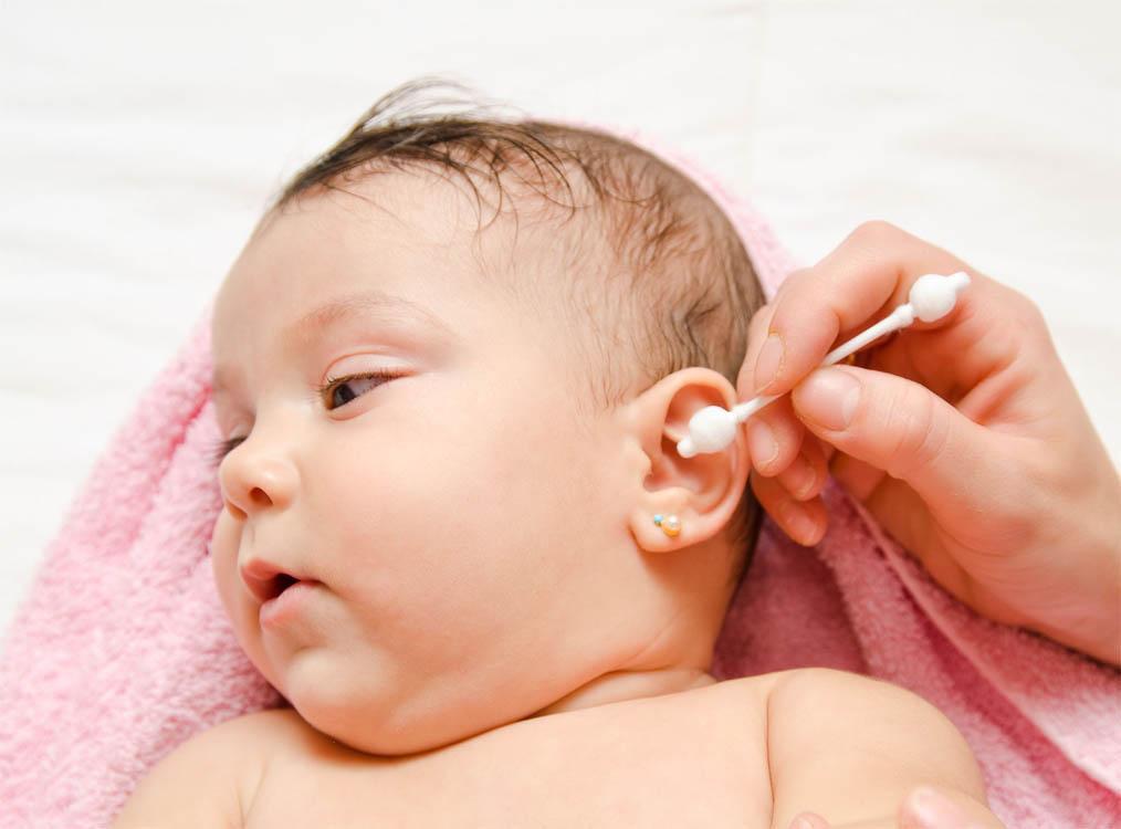 Как правильно чистить уши грудничкам до года и детям постарше от серы и других загрязнений?