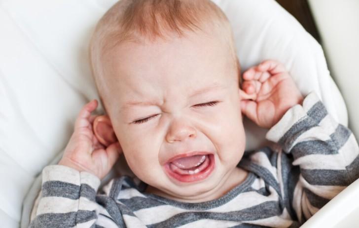 Грудной ребенок постоянно чешет уши и голову, трет затылок почему это происходит?