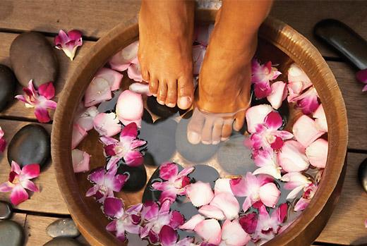 ванночка из трав и лепестков цветов