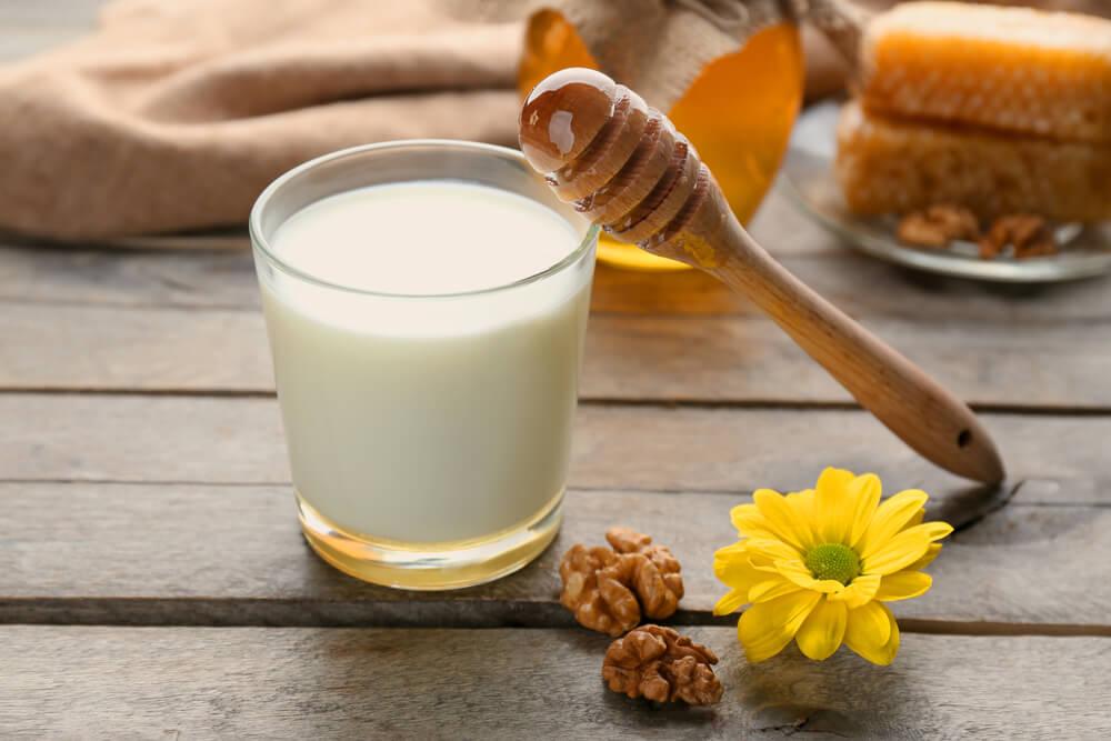 Молоко с натуральным медом от кашля при беременности: можно ли беременным лечиться от простуды таким народным способом?