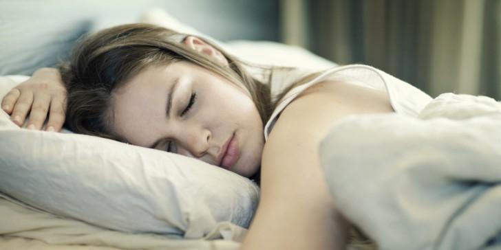 Можно ли после родов лежать или спать на животе, зачем давят на мышцы брюшины?