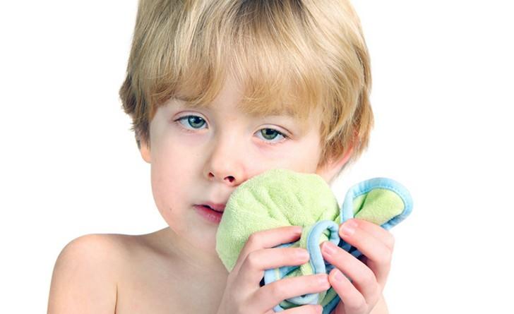 При сильной зубной боли можно ненадолго приложить к щеке холодный компресс