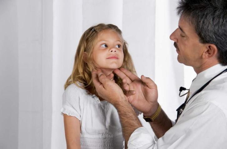 Что делать, если у ребенка на шее увеличены лимфоузлы: причины воспаления и лечение в домашних условиях