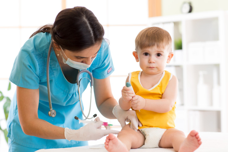 Когда можно гулять и купать ребенка после прививки АКДС, Пентаксима, гепатита и других вакцин?
