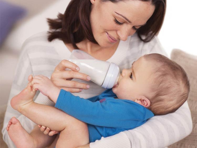 Кормление ребенка до 1 года по месяцам: таблицы с нормами питания малыша на грудном и искусственном вскармливании