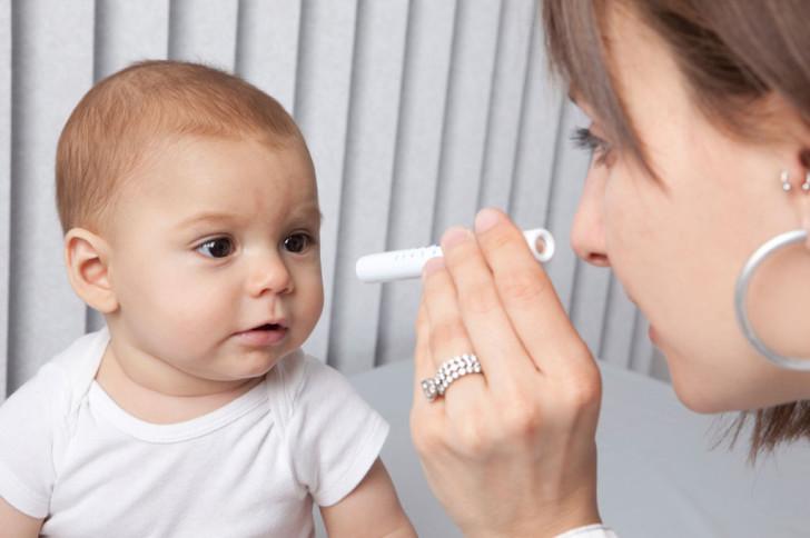 Почему у новорожденного косит один или оба глаза, и когда проходит косоглазие?