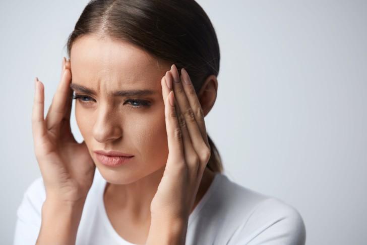После родов беспокоят частые головные боли: почему болит голова и что делать, если каждый день мигрень?
