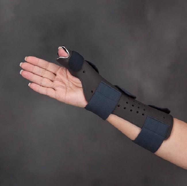 Современная шина на запястье руки