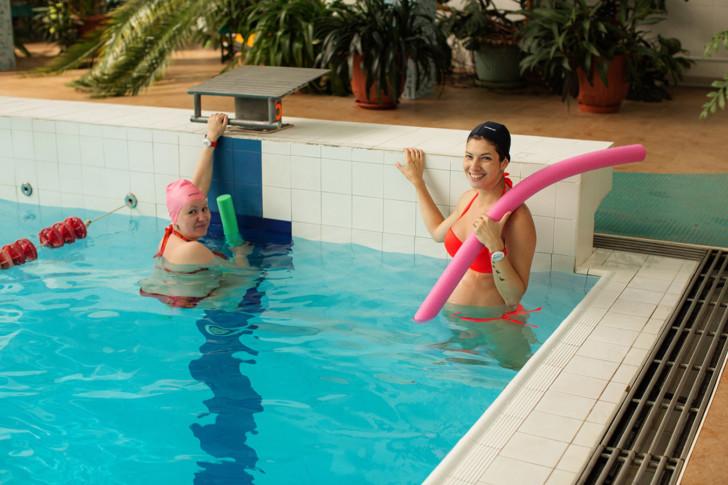 Можно ли беременным заниматься аквааэробикой и плавать в бассейне: польза и вред занятий в воде