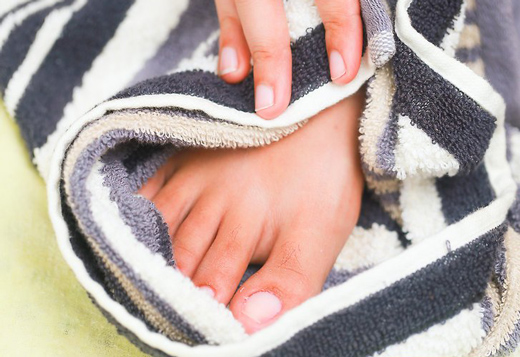 нога в полотенце