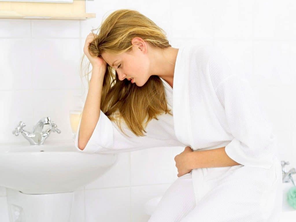 Почему во время месячных тошнит и сильно болит живот, как облегчить состояние?