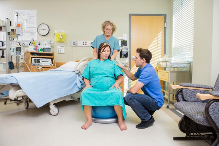 Как правильно вести себя при родах и во время схваток: как все начинается, что делать, можно ли сидеть и лежать?