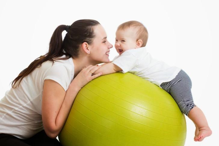 Занятия на фитболе для грудничков: выбор мяча и видео-уроки с упражнениями на каждый месяц